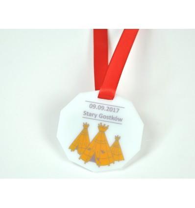 Medal plexi mleczna z nadrukiem UV 8x8cm grubość 3mm ze wstążką
