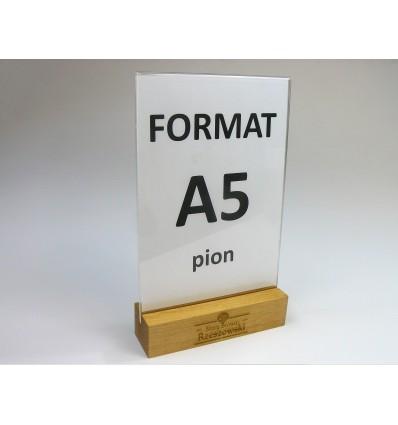 Stojak z plexi z drewnianą grawerowaną podstawką - format A5