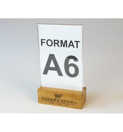 Stojak z plexi z drewnianą grawerowaną podstawką - format A6